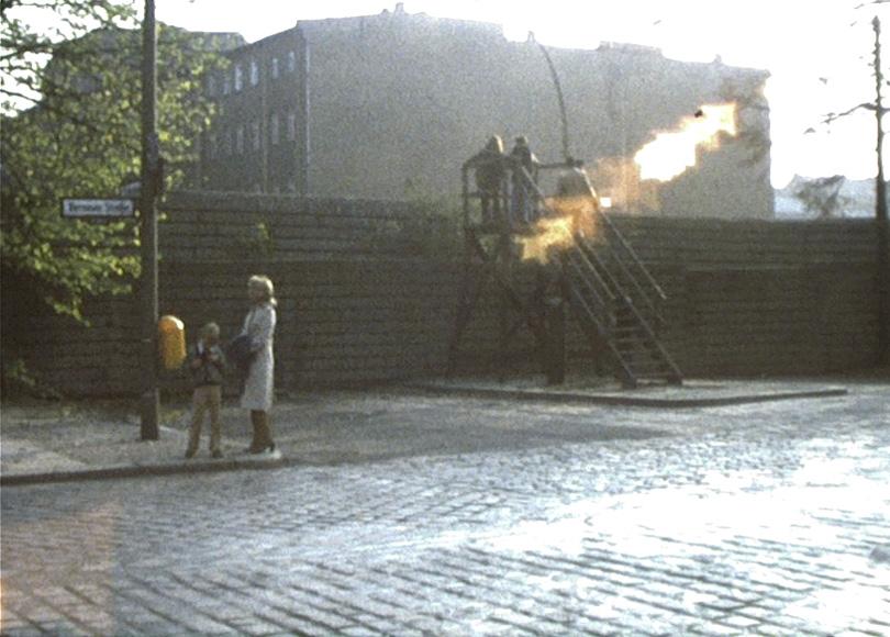 Die Berliner Mauer, 1976: Aussichtsplattform in der Bernauer Straße.