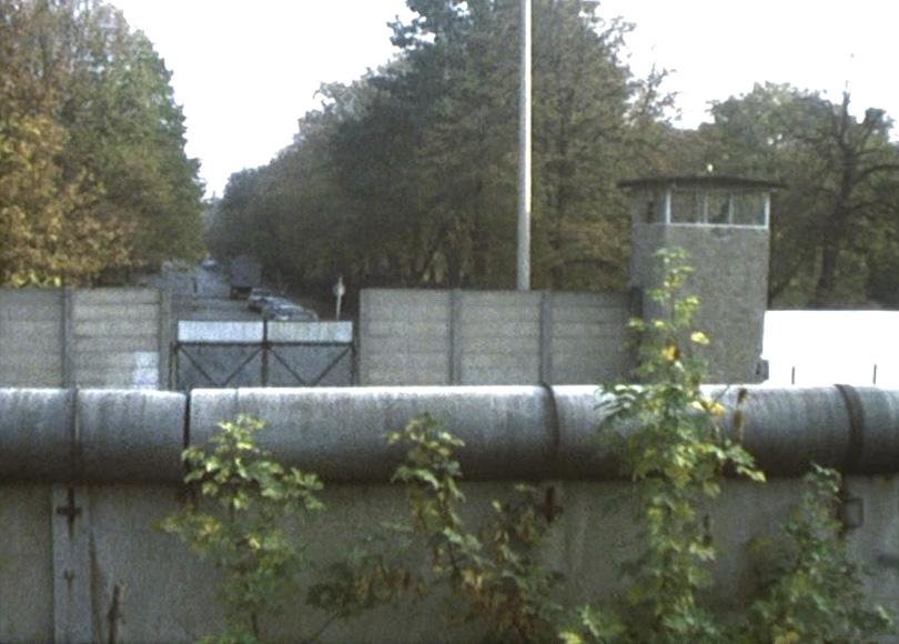 Die Berliner Mauer, 1976: Todesstreifen und Wachturm.