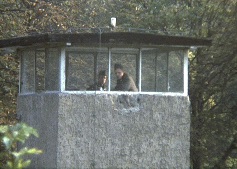 Die Berliner Mauer, 1976: Zwei Grenzsoldaten im Wachturm.