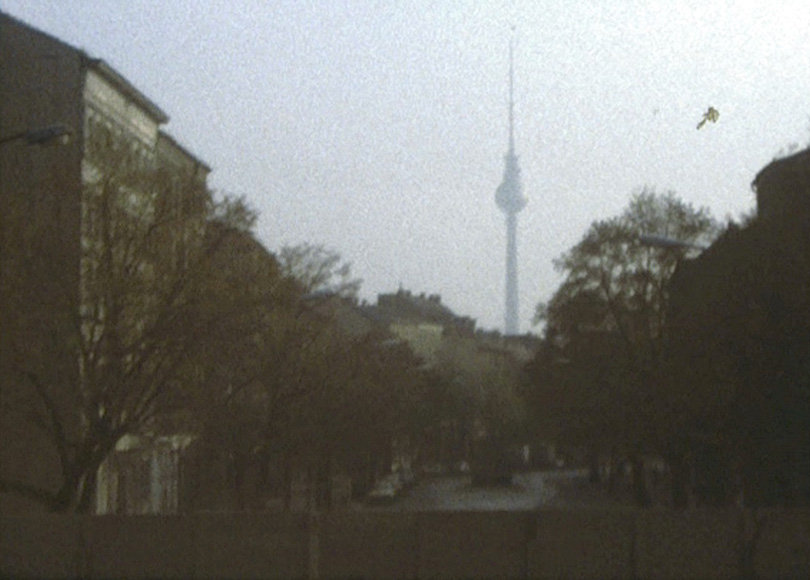 Die Berliner Mauer, 1976: Blick hinüber von West-Berlin nach Ost-Berlin, zum Fernsehturm.