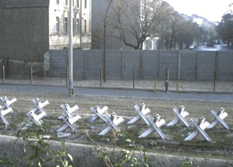 Die Berliner Mauer, 1976: Der Todesstreifen und Panzersperren.