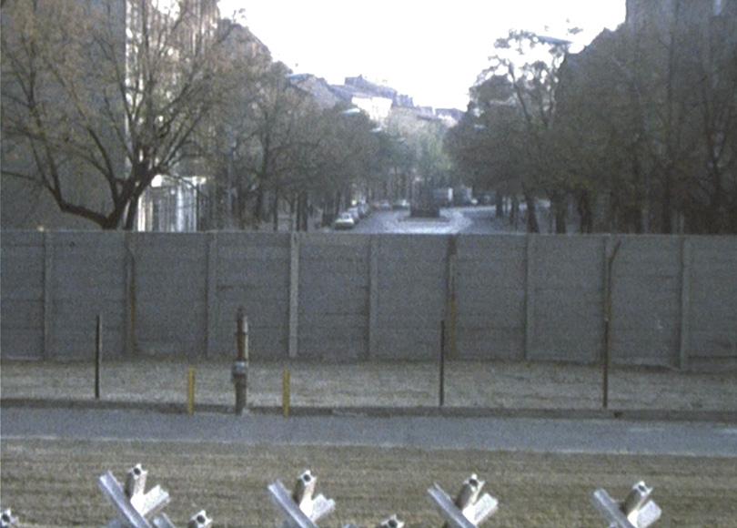 Die Berliner Mauer, 1976: Blick auf den Todesstreifen und die Innenseite der Vormauer auf Ost-Berliner Seite.