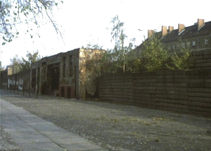 Die Berliner Mauer, 1976: Ruinen in der Bernauer Straße, die zum Bestandteil der Mauer geworden waren.